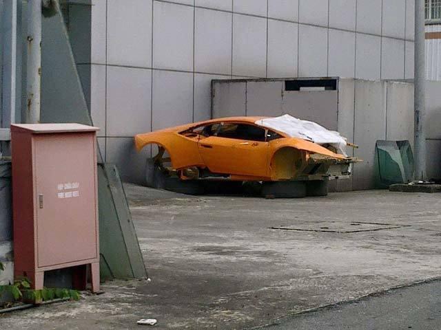 Tai nạn kinh hoàng, siêu xe Lamborghini trơ khung tại Hà Nội