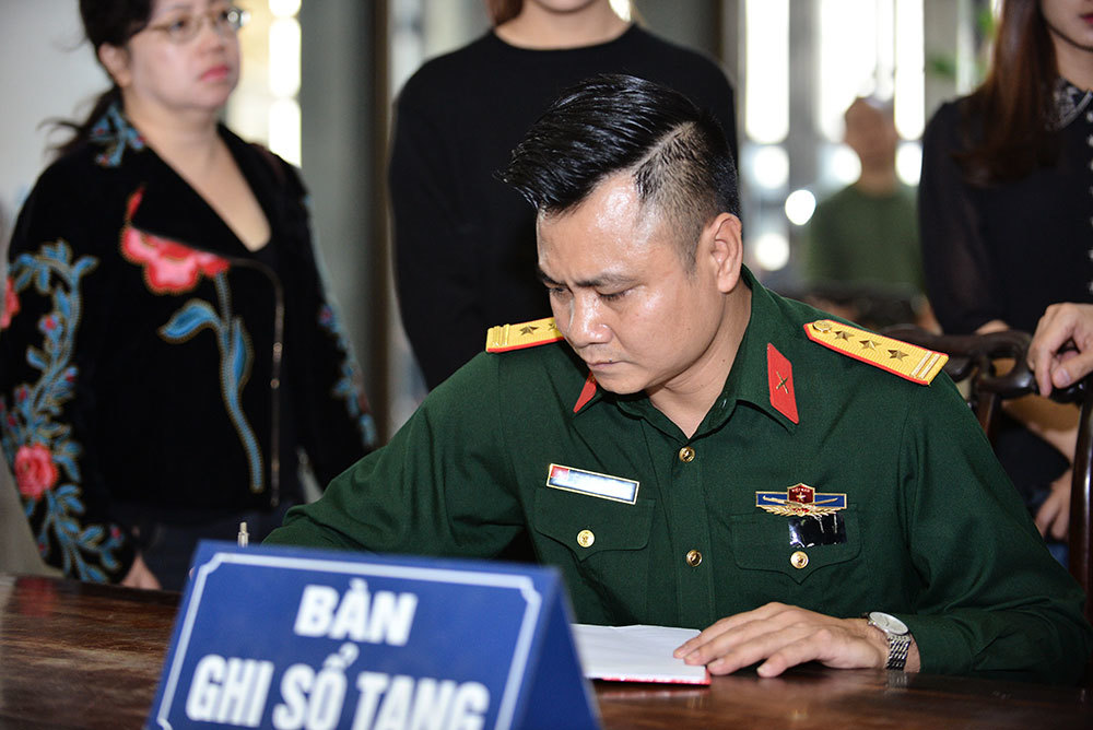 MC Thảo Vân vừa khóc vừa ghi sổ tang nghệ sĩ Phạm Bằng