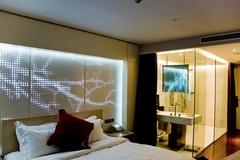 Tại sao nhiều phòng tắm khách sạn lại làm tường kính trong suốt?