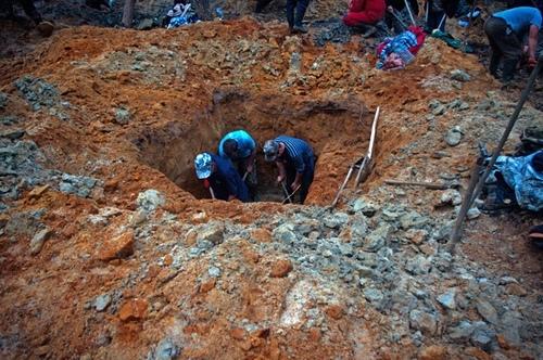 đào giếng, kho báu, đổi đời, hổ phách, gặp may, trúng số, đào giếng phát hiện kho bau