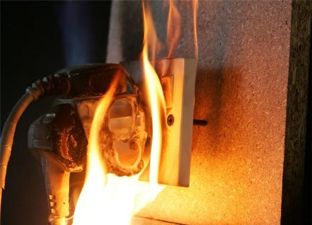 9 kiểu dùng điện cũng có ngày cháy lớn như quán karaoke, phải đọc để biết