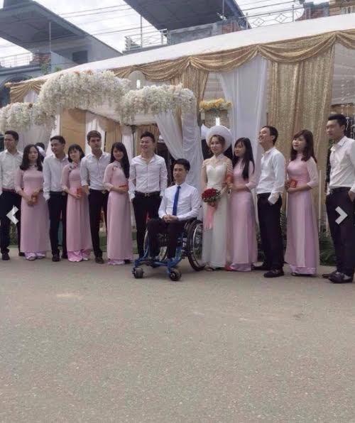 Cô dâu rạng rỡ bên chú rể điển trai ngồi xe lăn