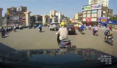 Tình huống éo le khi phụ nữ lái xe trên đường