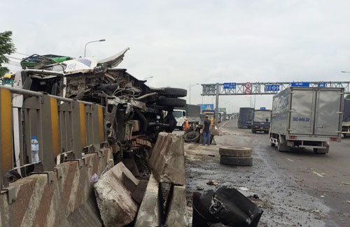 Lật xe nghiêm trọng trên quốc lộ 1A, tài xế nguy kịch