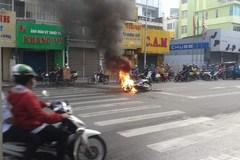 Xe máy cháy trơ khung trên đường phố Sài Gòn