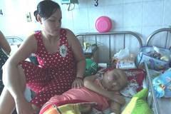 Con ung thư đau đớn, cha mẹ bất lực không tiền chữa bệnh