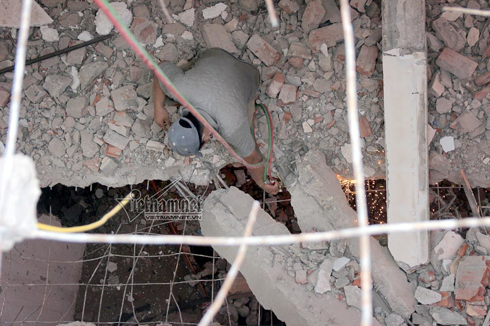 Hà Nội phá dỡ nhà nghiêng như tháp Pisa