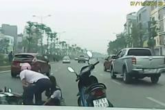Ôtô đi ẩu, ủi cô gái ngã bị xe máy cán, thản nhiên bỏ đi