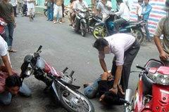 Người đàn ông đuổi cướp bị đâm dao dính chặt ở cổ