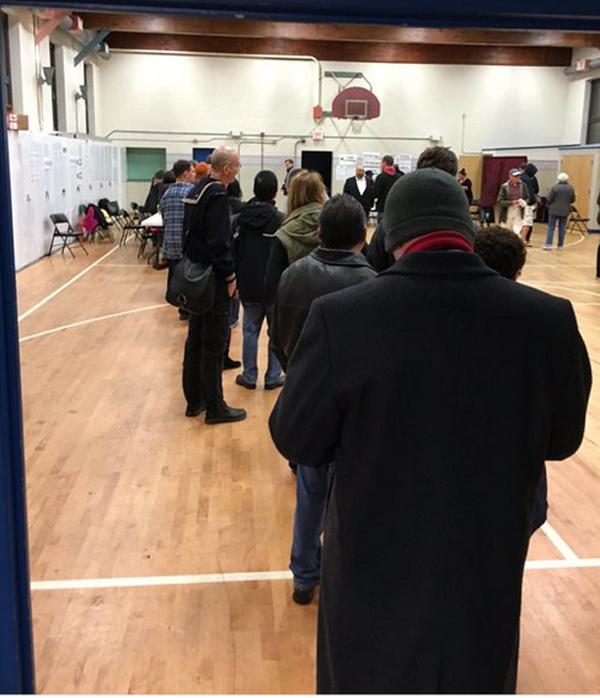 Hình ảnh dân Mỹ đi bỏ phiếu bầu Tổng thống từ tờ mờ sáng