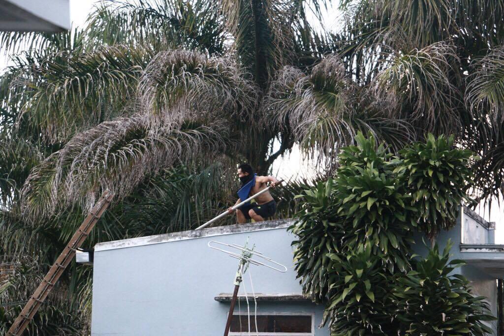 Thanh niên xăm trổ cầm dao nhảy loạn xạ trên mái nhà