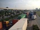 Xe container lật nhào, xa lộ Hà Nội kẹt cứng hơn 2h
