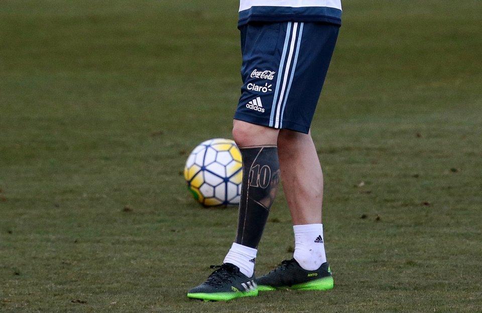 Messi khoe hình xăm kín chân trái ma thuật
