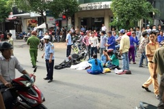 Xe buýt cán chết người ở trung tâm Sài Gòn bị ném đá