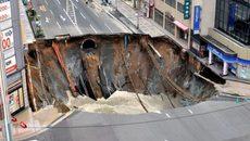 """Khoảnh khắc """"hố tử thần"""" khổng lồ nuốt chửng đường phố Nhật"""