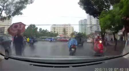 Ngày mưa đường trơn trượt, lái xe ẩu sẽ rơi vào tình cảnh này