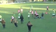 Video cầu thủ đấm trọng tài chết gục trên sân cỏ
