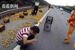 Lái xe chở cam bưng mặt khóc vì bị dân 'hôi của'