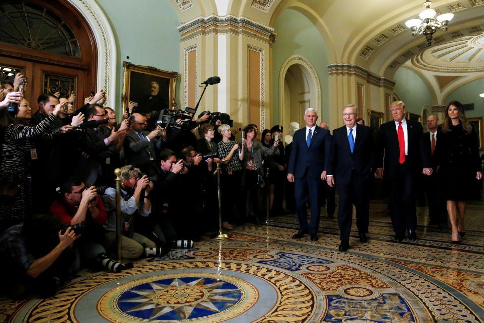 Nhân viên Nhà Trắng mặt tiu nghỉu khi Obama chúc mừng Trump