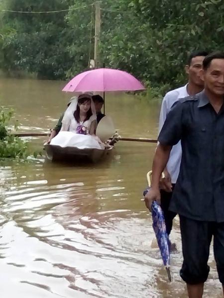 Những màn 'rước dâu lịch sử' trong mưa lũ miền Trung