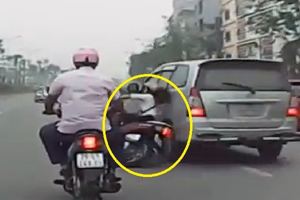 Lái ôtô tạt ngã cô gái rồi bỏ chạy: Lo chậm máy bay, bỏ mặc nạn nhân