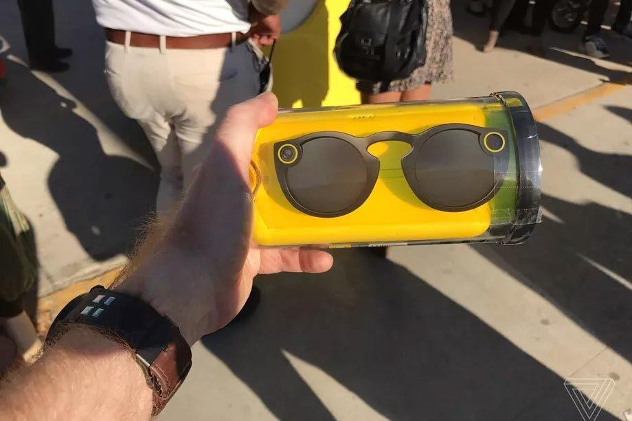 Kính Snapchat tích hợp camera cháy hàng, đội giá 8 lần trên eBay