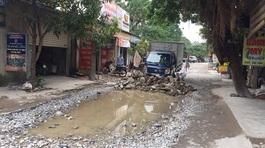 Nghệ An: Dân xếp tường gạch chặn xe tải lưu thông