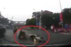 Xe máy trượt ngã, văng thẳng vào đầu ô tô giữa phố Hà Nội