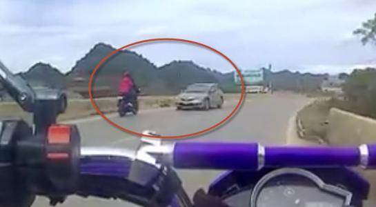 Clip phượt thủ Hà Nội chở bạn gái phóng mô tô sai làn đường và cái kết đắng