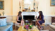 Ẩn ý của Michelle Obama khi chọn màu váy tiếp vợ Trump