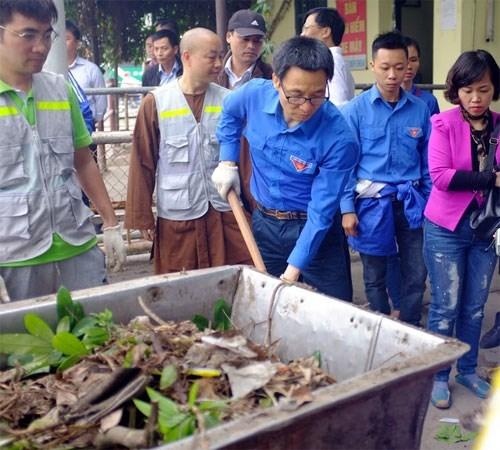 Phó Thủ tướng cùng sinh viên vớt rác hồ Linh Đàm