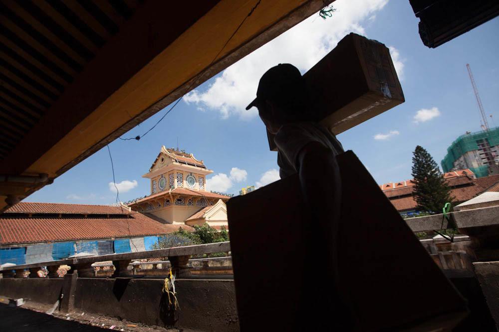 Tiểu thương Sài Gòn hối hả dọn hàng trước ngày đóng cửa chợ Bình Tây