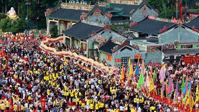 Họp họ, hàng chục nghìn thực khách dự tiệc khổng lồ