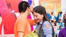 Phan Anh khóc khi nhận quà cảm ơn của người dân Miền Trung