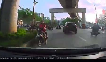 Phụ nữ đi xe máy ngược chiều còn mắng tài xế: 'Đi kiểu gì vậy?'