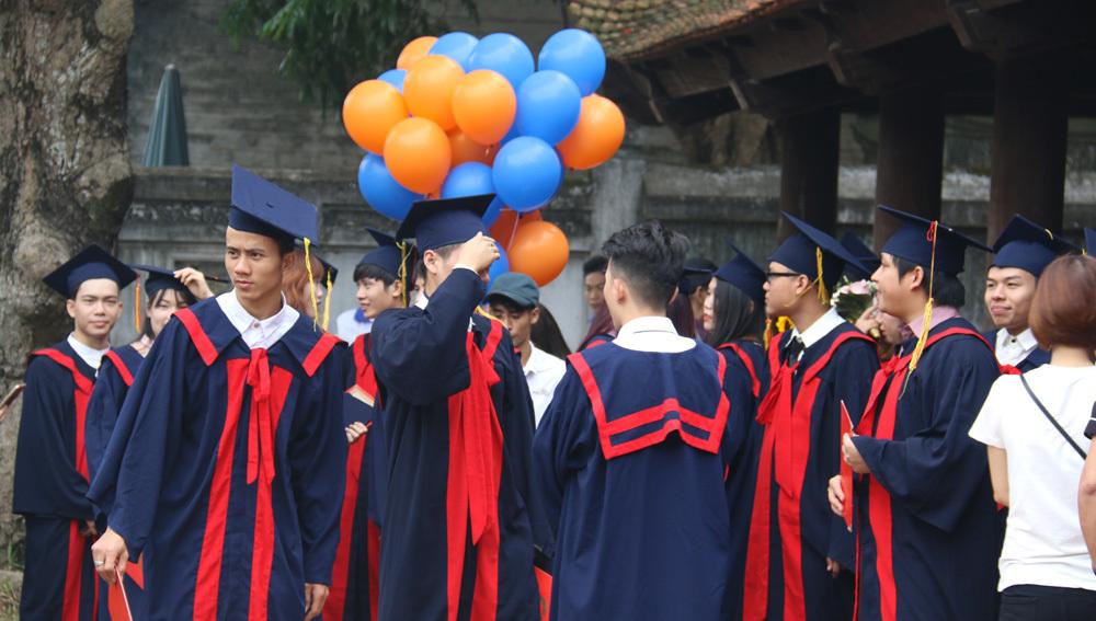 Khách Tây Văn Miếu thích thú với muôn kiểu tạo dáng mùa tốt nghiệp