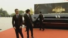 Game thủ người Việt được rước bằng siêu xe limousine, bước trên thảm đỏ như ngôi sao màn bạc