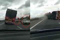Xe tải lật nhào, 2 ô tô con thoát nạn trong gang tấc
