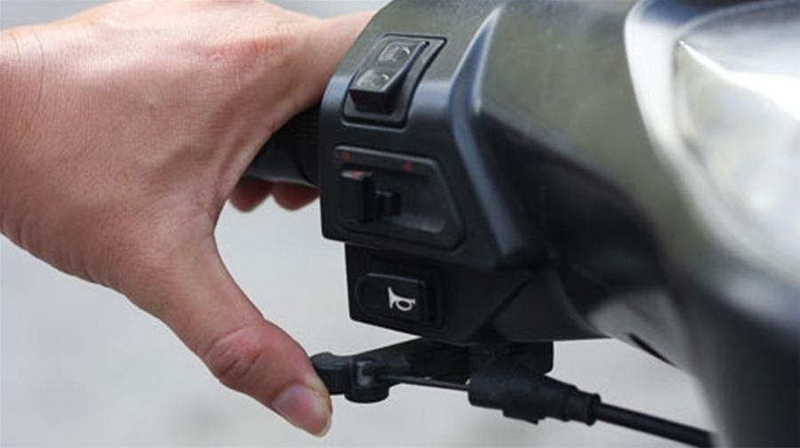 Tuyệt chiêu đơn giản để biết xe máy của chị em có ngốn xăng hay không