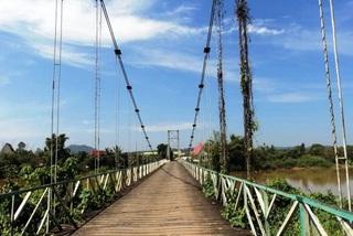 Sập cầu treo qua sông Đồng Nai, 4 người gặp nạn