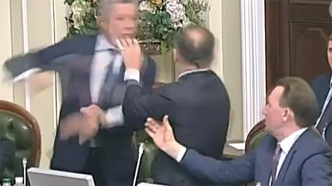 Tố nhau làm việc cho Nga, Nghị sĩ Ukraina ẩu đả dữ dội