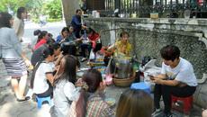'Văn hóa' bệt trong ẩm thực đường phố Hà Nội