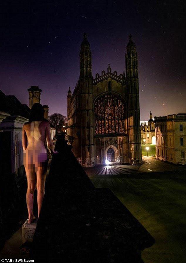 Sinh viên Cambridge thi mông đẹp thường niên