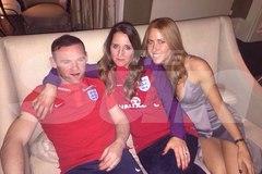 """Rooney say xỉn """"vui vẻ"""" với 2 kiều nữ xinh đẹp"""