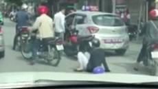 """Va quệt giao thông, người phụ nữ lấy mũ bảo hiểm """"choảng"""" tài xế taxi"""