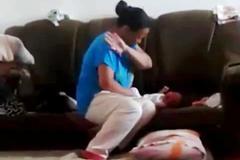 Bé sơ sinh bị mẹ tát tới tấp vì không nín khóc