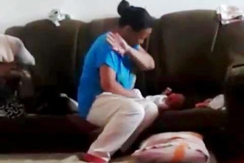 Bé sơ sinh bị mẹ tát tới tấp vì không ngừng khóc