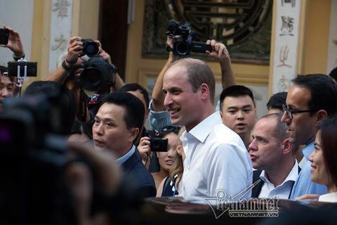 Hoàng tử William dạo phố