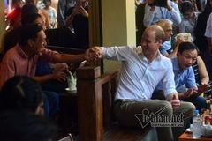 Video Hoàng tử Anh thưởng cà phê phố cổ Hà thành