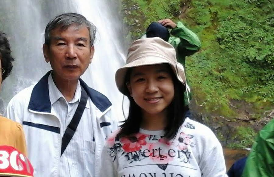 Bích Ngân chụp ảnh cùng ông ngoại. Ảnh: NVCC